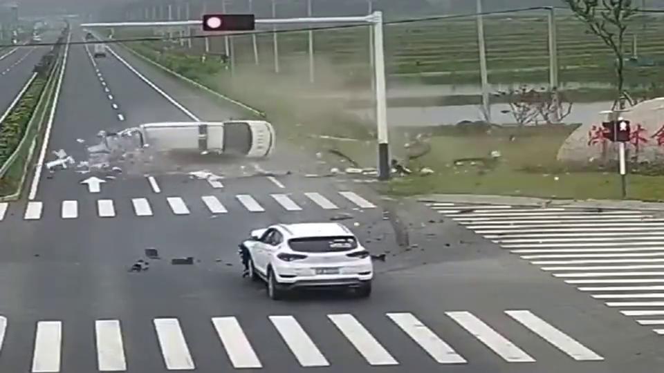 监控:救护车出车闯红灯被正常行驶的私家车撞翻,责任该这么判?
