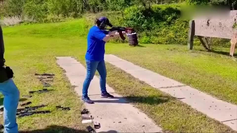 近距离试射自动步枪,让妹子告诉你什么是后坐力!