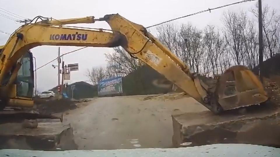 行车记录仪:挖机师傅不错,这是我见过最牛的限高杆!