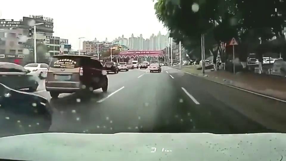 视频:行车记录仪:速腾司机变道不成,路怒症就发作了!