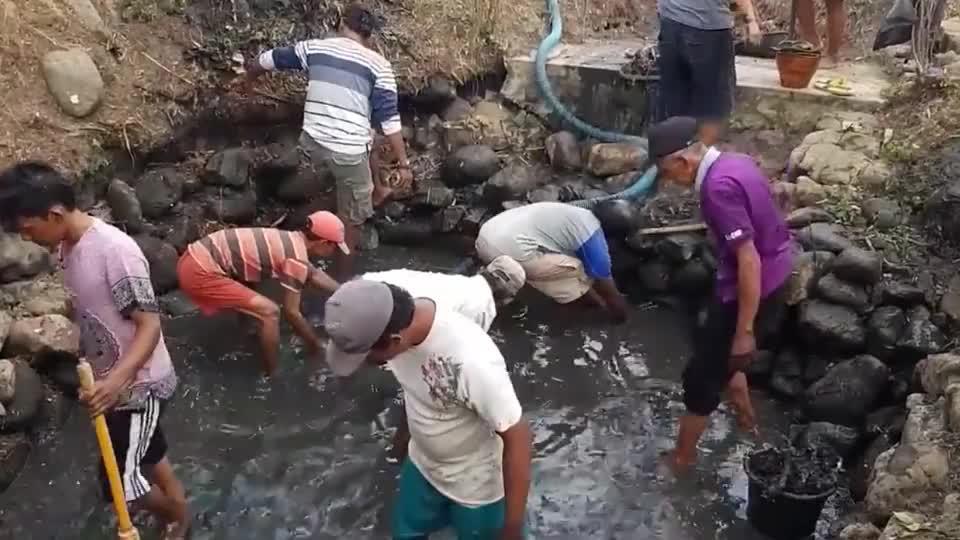 废弃蓄水池有什么?几名男子认真打捞,结局让人意想不到