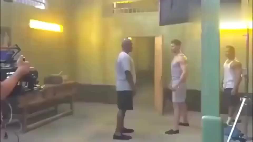 拳王泰森打普通人有多简单?一秒分出胜负