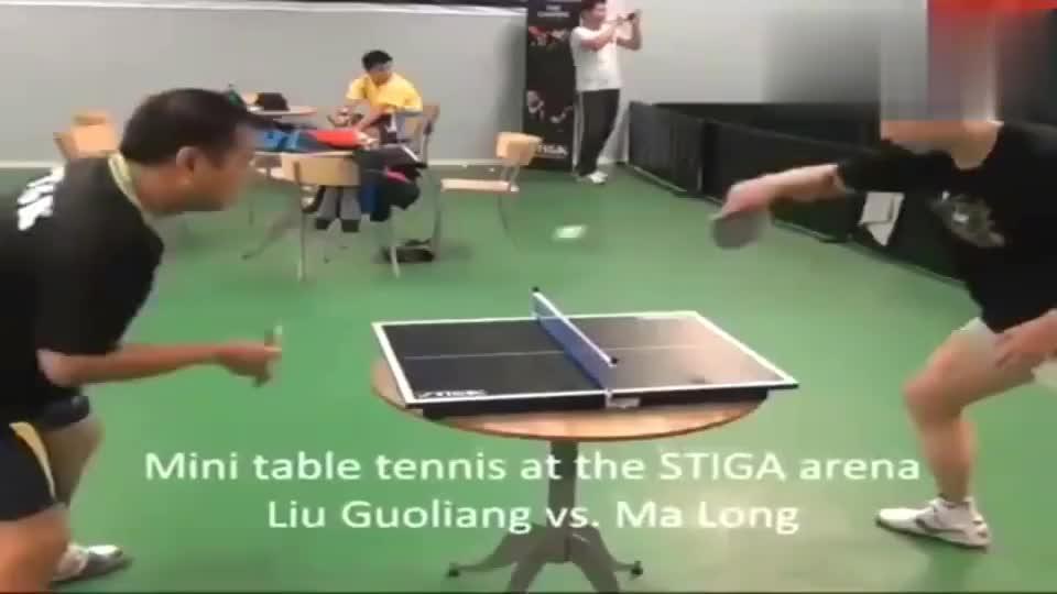 刘国梁和马龙挑战迷你乒乓球台, 这才是国乒的真正实力, 太骄傲了