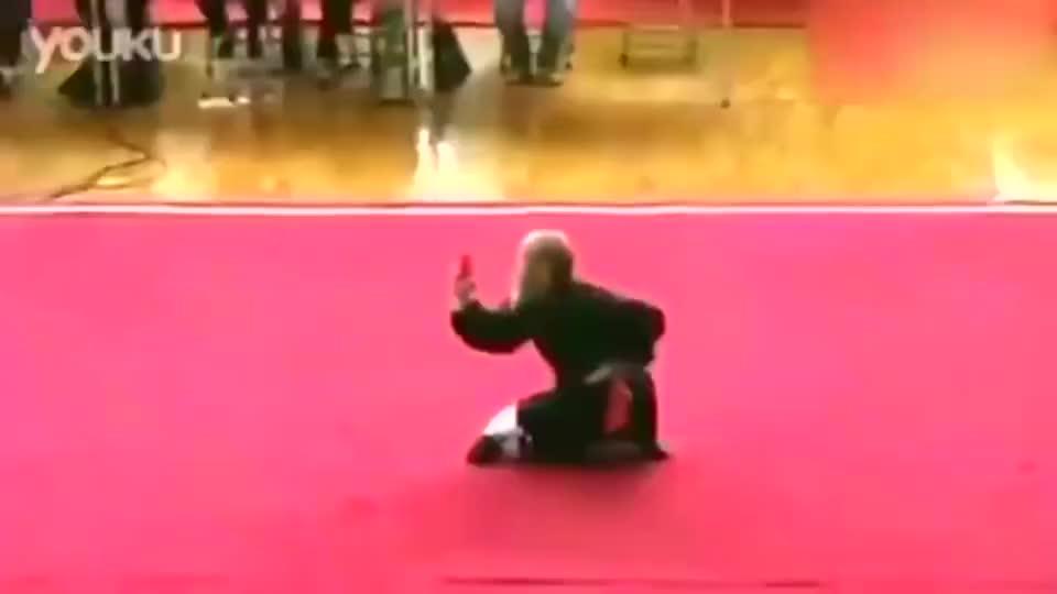 武术:老拳师在民间比武大赛中表演的罗汉拳,这是真正的功夫!