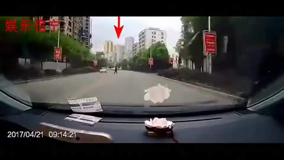 看了老婆的行车记录仪,我决定这辈子都不让她在开车