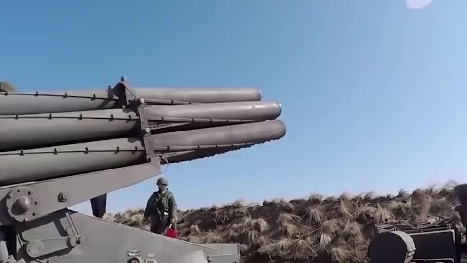 俄罗斯40辆火箭炮车齐射