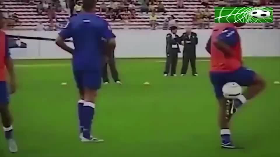 快乐足球!见识下小罗的天赋,杂耍式颠球连大罗卡洛斯都乐了!