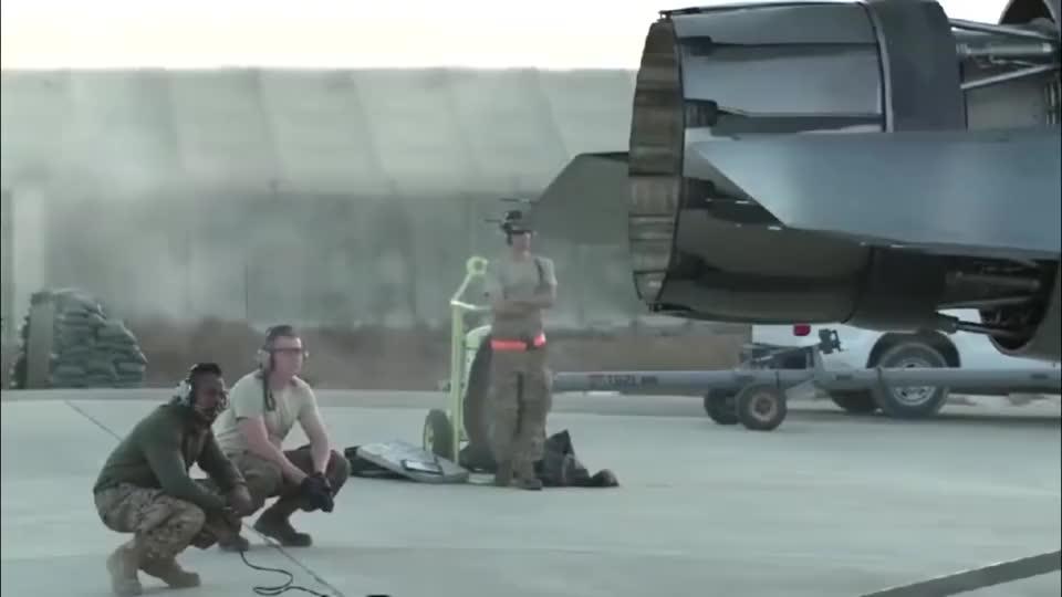 实拍美军F-16战机发动机测试,一脚油门下去几百块钱没了