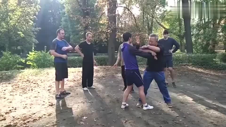 八极拳走出国门,大师李俊义教学老外,八极拳肘法该如何应用!