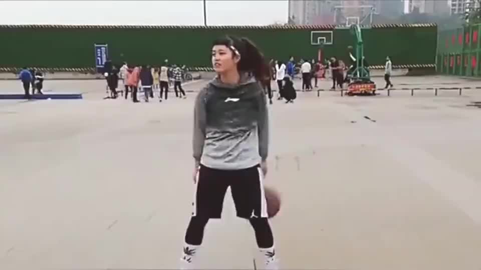 打篮球的班花,左右换手自然流畅,一看就知道是高手!