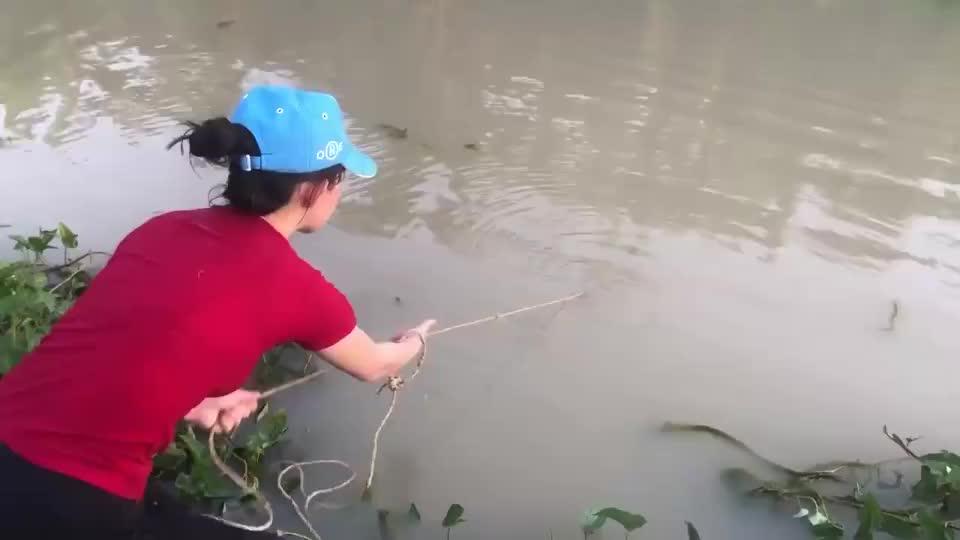 女孩捕捉了一条大鱼,这鱼有50斤重吧