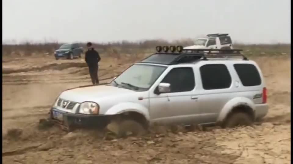 视频:看日产帕拉丁过泥巴地,开过光的观众:一二三,馅车