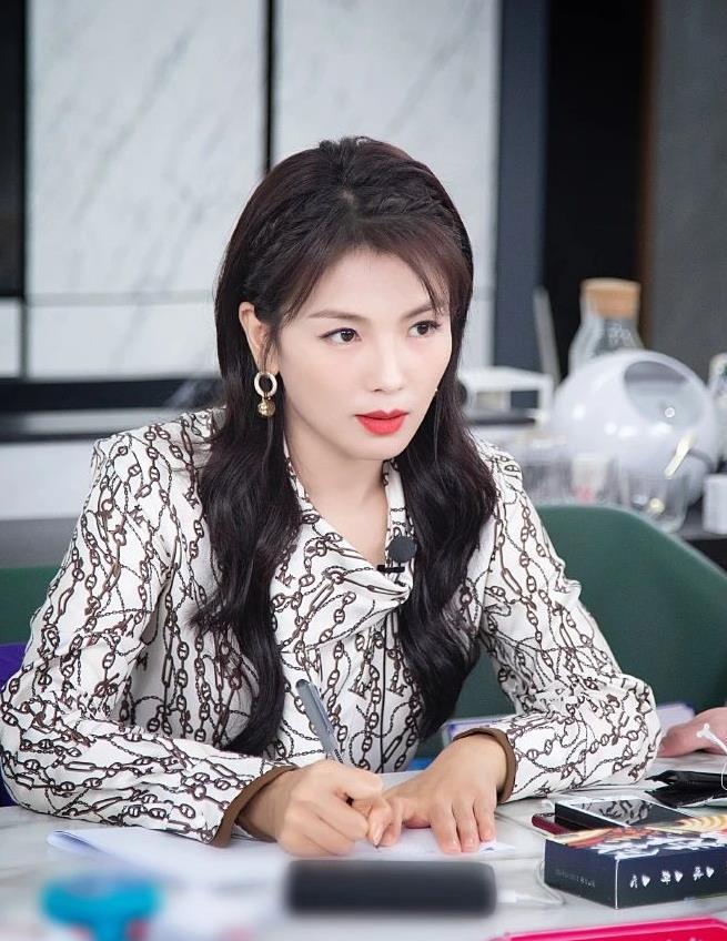 刘涛哪有一点状态不好的感觉?看她直播照片,气色好到像30岁