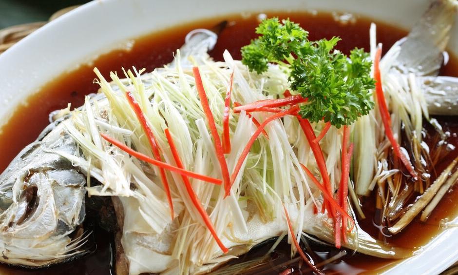 做清蒸鱼,需要放盐腌制吗?厨师长教你正确做法,鱼肉鲜美嫩滑