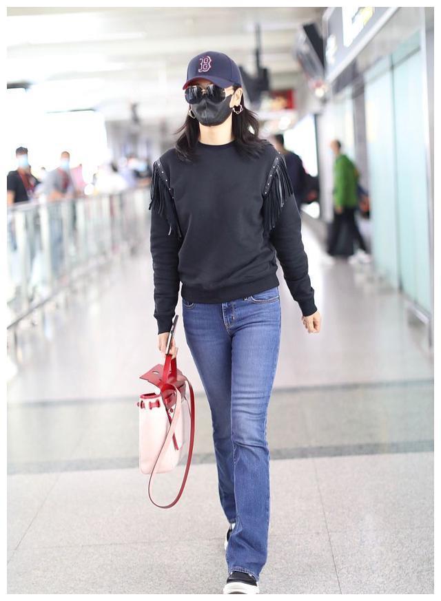 刘涛穿黑色卫衣配牛仔裤造型清爽 手拎红白挎包大长腿吸睛