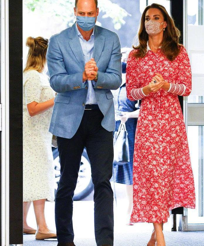 38岁凯特王妃变年轻了!穿红色碎花裙优雅大方,昂首阔步气场足
