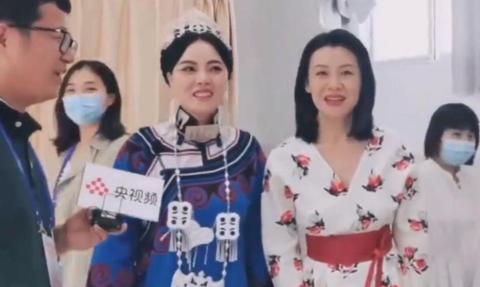 刘琳穿碎花裙去探班,虽然老态明显,但打扮知性依然漂亮!