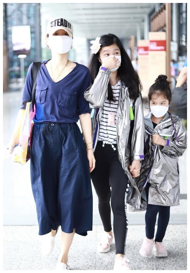 马伊琍久违带俩娃走机场,11岁爱马身高赶超妈,小女儿眉眼像文章