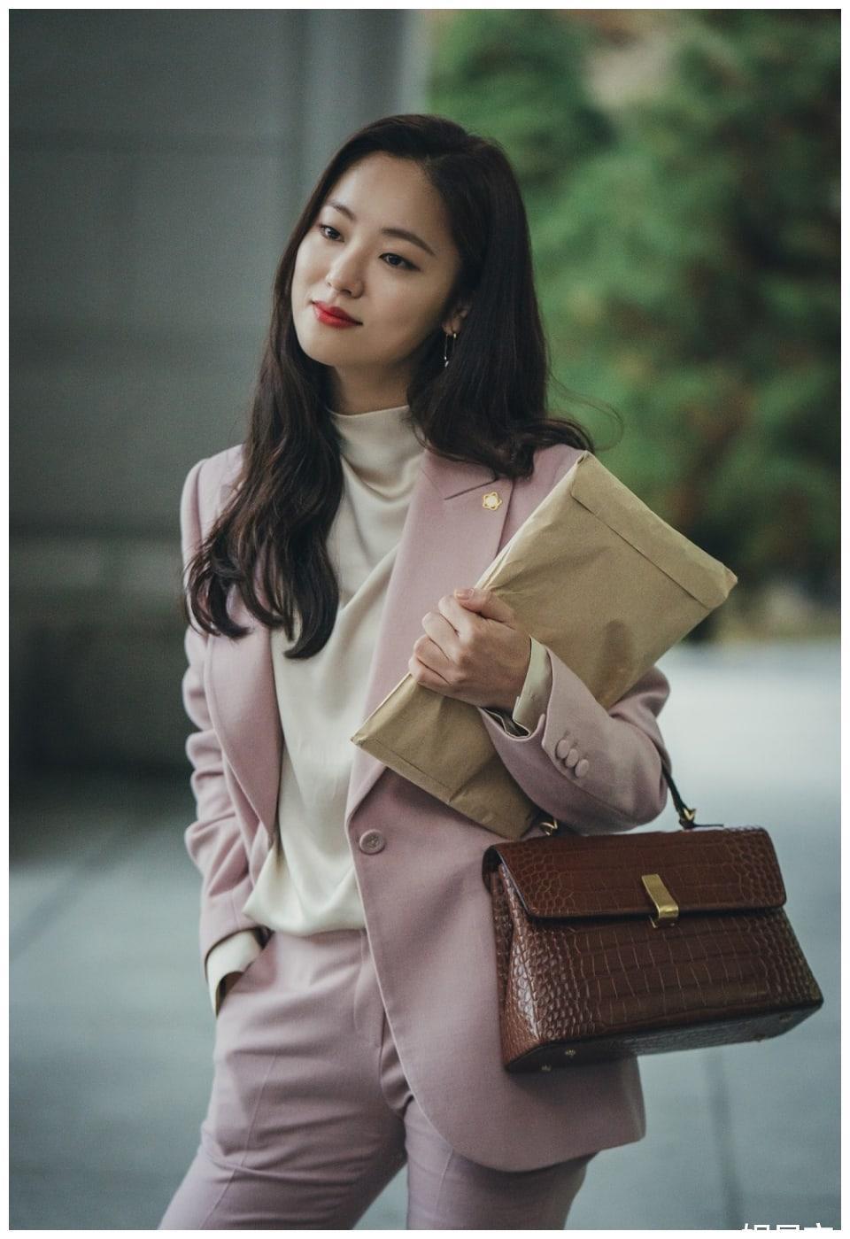 全汝彬在tvN电视剧《Vincenzo》剧中饰演竞争激烈的冷酷律师