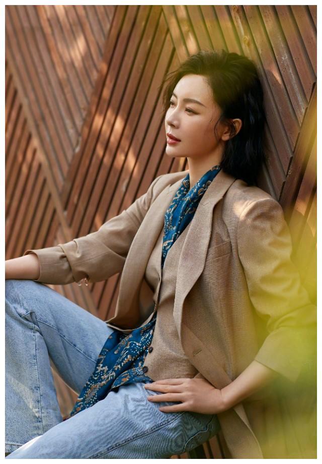 《完美关系》陈数穿西装出时尚搭,完美的演绎了职场女性的魅力