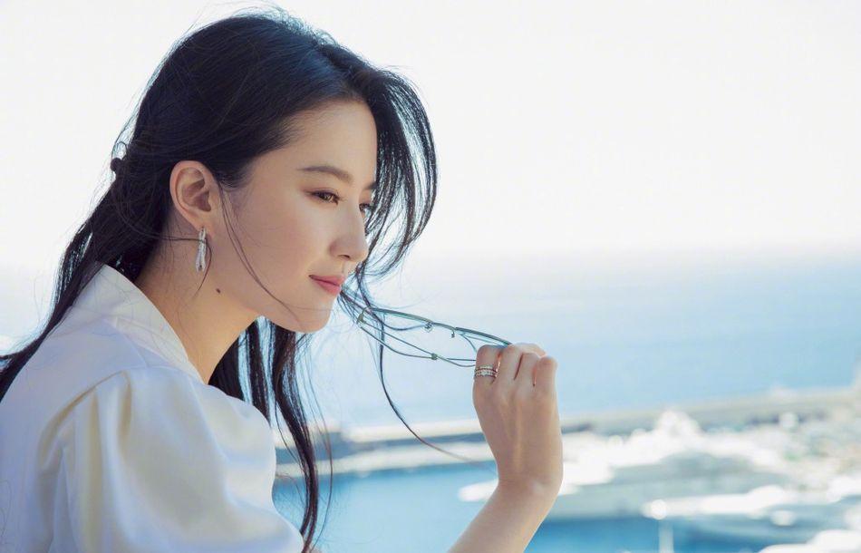 31岁刘亦菲现身摩纳哥晒美照,白衣飘飘如仙女下凡,这才是女神