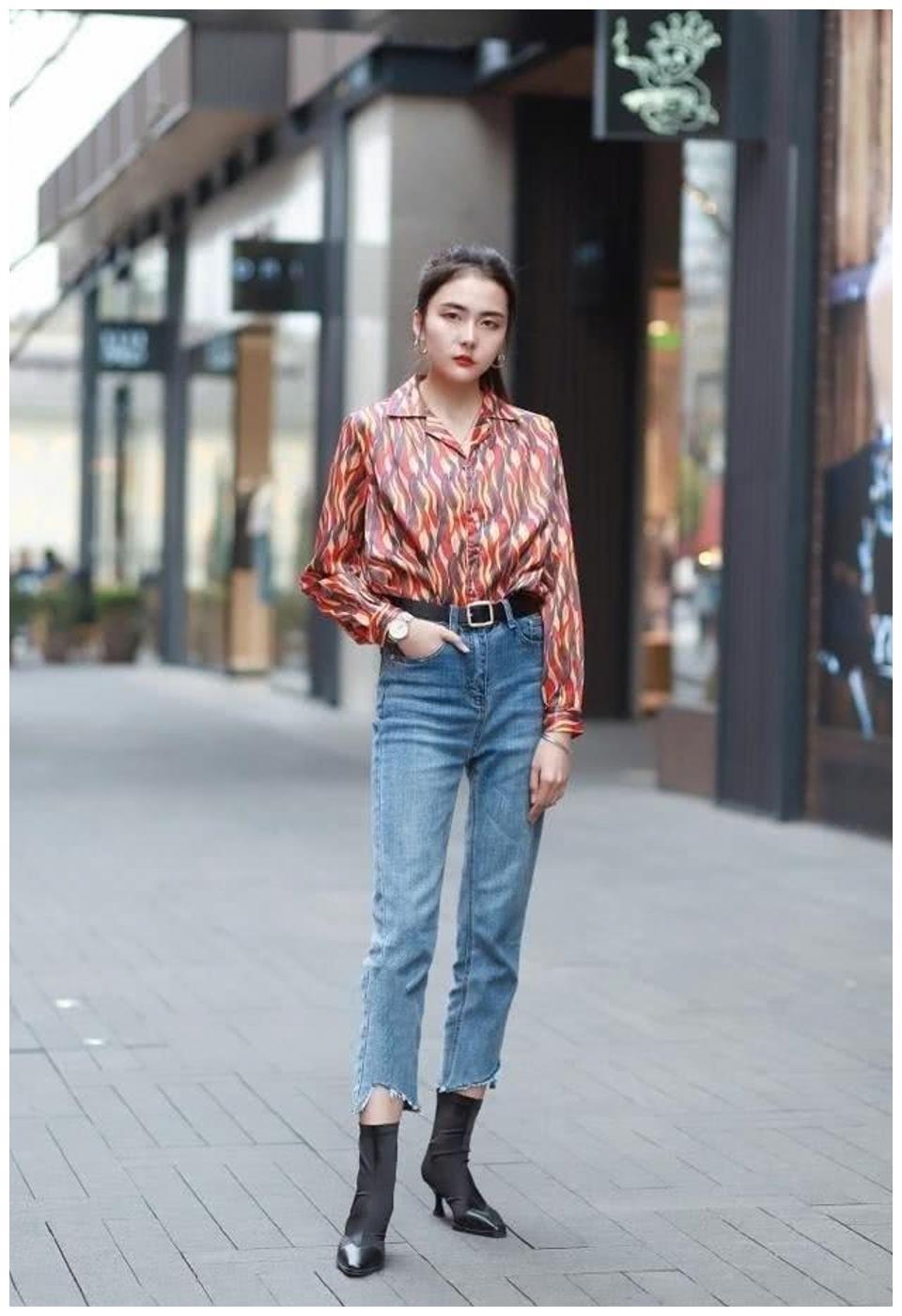 时尚牛仔裤,搭配休闲又时髦的衬衫,整体看上去时髦新潮魅力十足