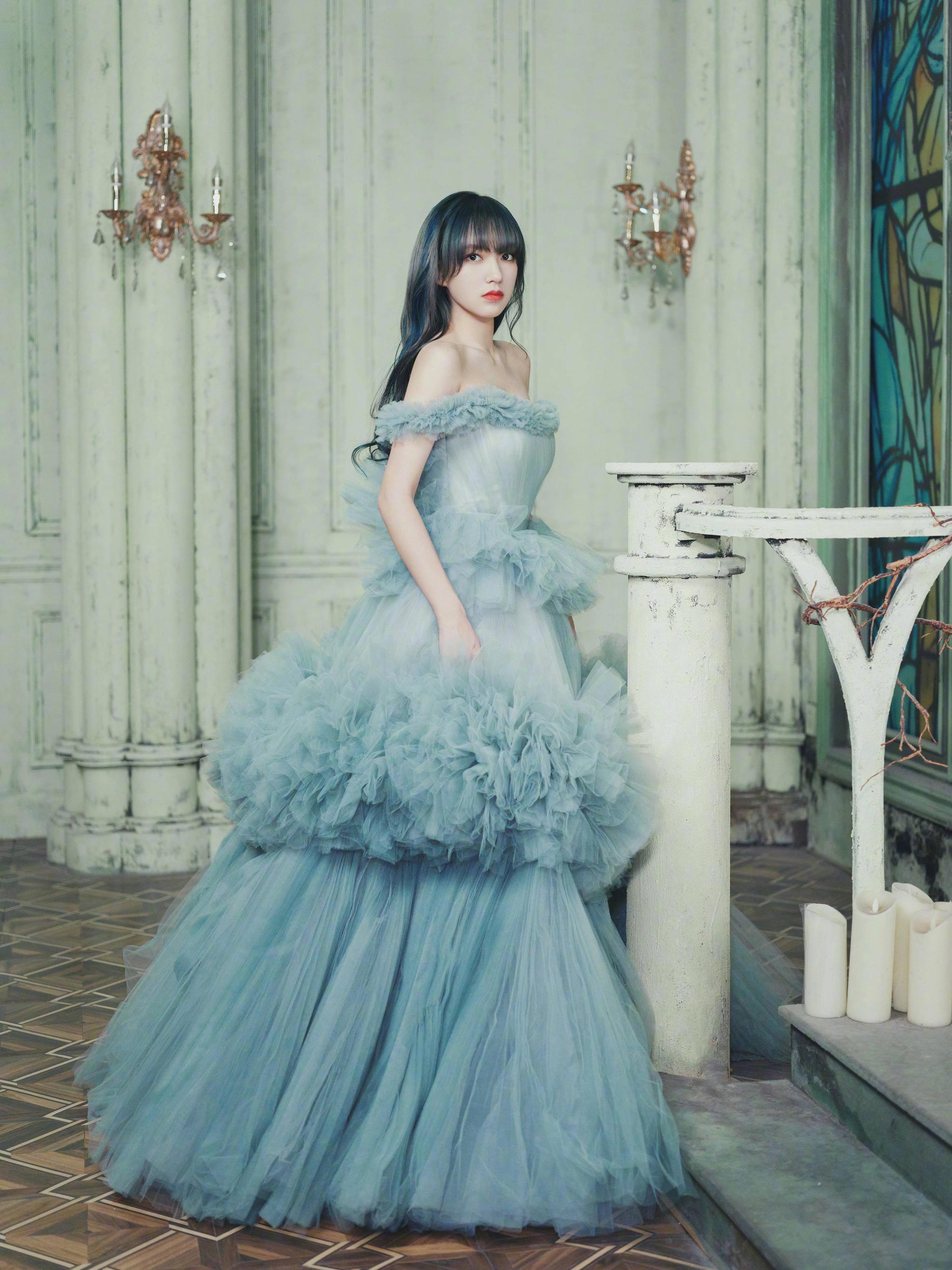 程潇晴穹蓝蛋糕纱裙造型,层层堆叠氛围梦幻,秒变童话公主