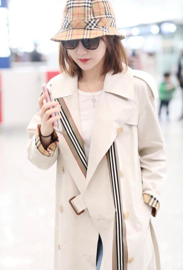毛晓彤这是逆龄生长,秋冬穿搭减龄时髦,风衣造型又酷又飒!