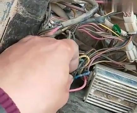 电动三轮车忘记松手刹,行驶时导致控制器损坏,老师傅教你这样做