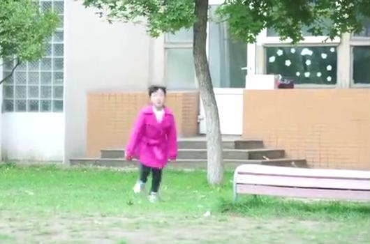 樱桃很反常的不去捡球,小姑娘一下就猜出樱桃快死了!