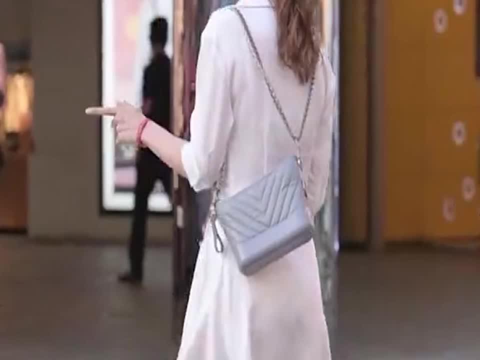 两位白色裙子的姑娘,一位穿着粗跟鞋,一位搭配细高跟,哪位更美