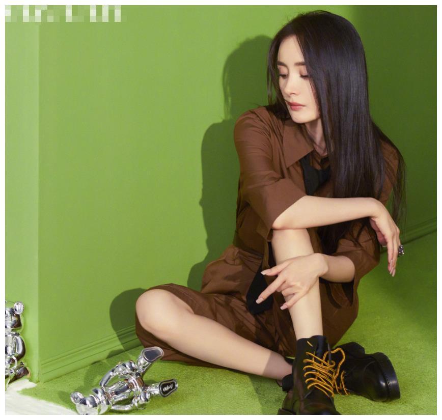杨幂越南版开年刊出炉,白色公主裙粉色泡泡袖,时尚表现力十足