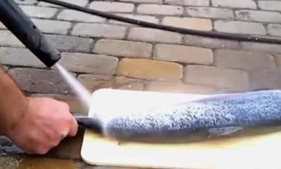 """比""""屠龙刀""""还厉害的高压水枪,老外用来刮鱼鳞,镜头拍下这一幕"""