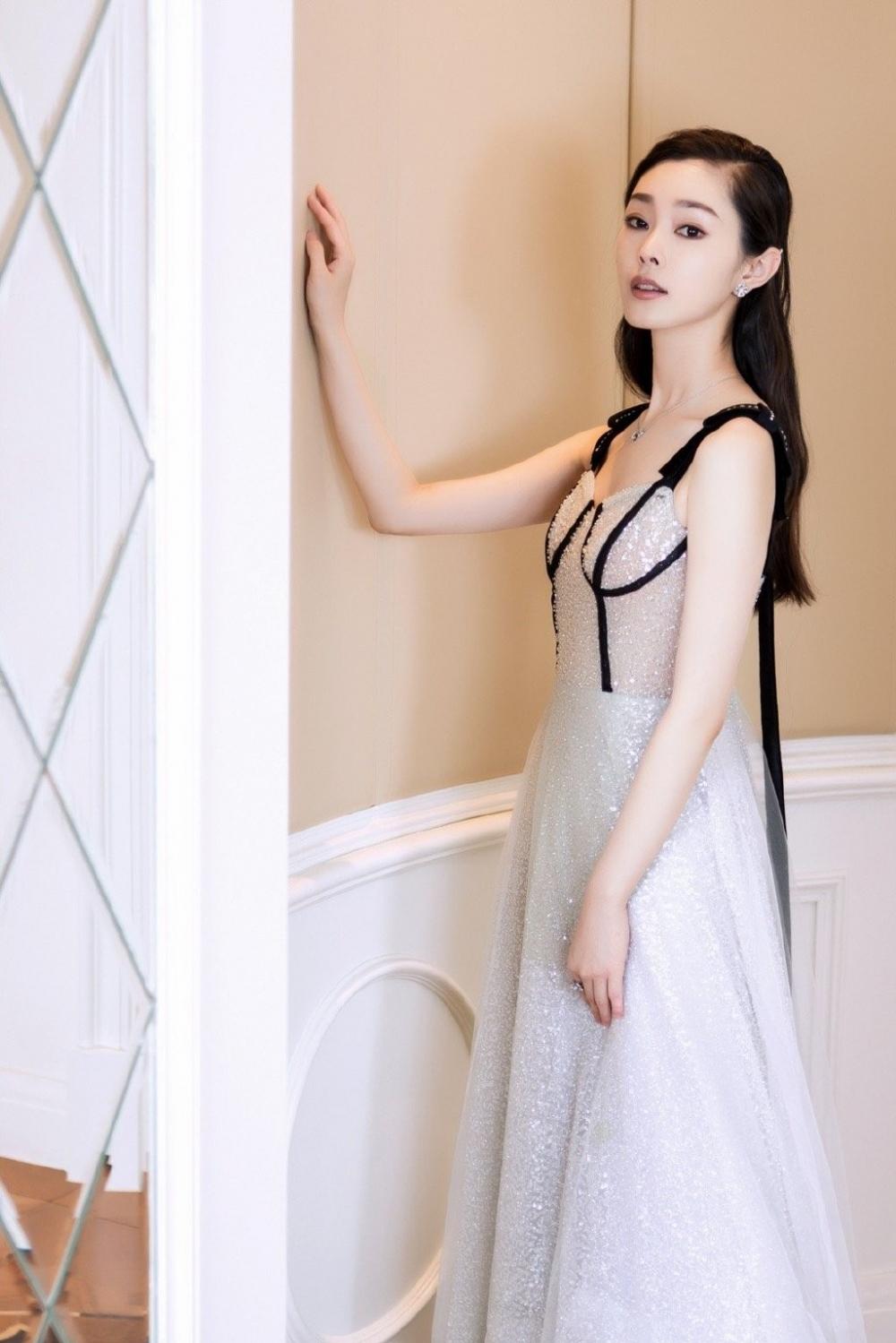 长腿可爱美女校花王新颖游乐园写真