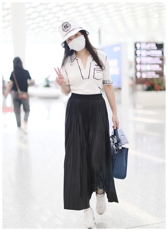 49岁杨钰莹机场近照曝光 戴渔夫帽穿百褶裙清新如少女