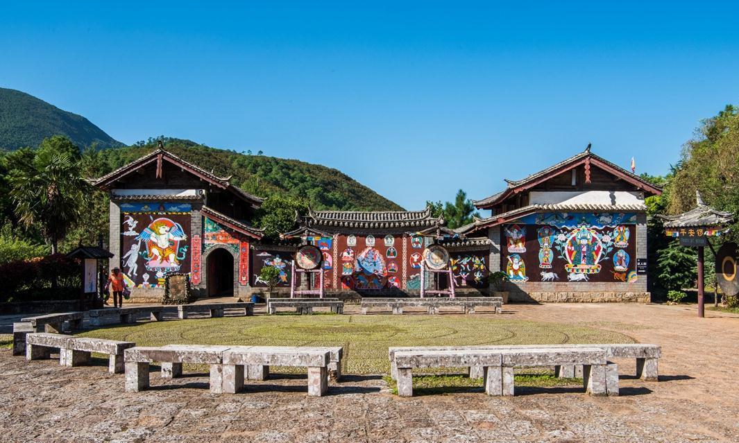 云南丽江有个东巴谷,女人干粗活,男人在家看书,现为旅游胜地