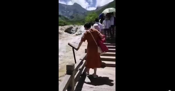 女游客无故推景区设施