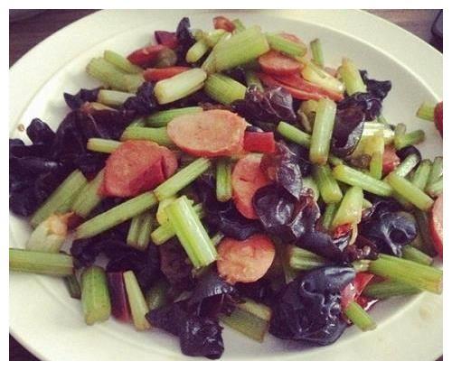 日食三餐:芹菜木耳炒火腿,杏鲍菇烧五花肉,苦瓜炒肉的做法