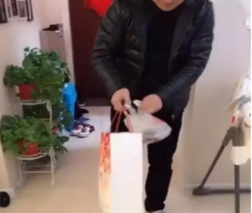 爸爸带6个月儿子买菜,回家才发现孩子丢了,妈妈打开袋子笑喷了