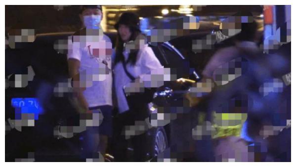 44岁陈羽凡疑和女友闹矛盾,路边直接甩开对方,身材臃肿认不出