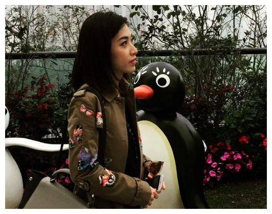 她家境贫穷,因周星驰牵线而结识富豪,如今成为香港最年轻女富豪