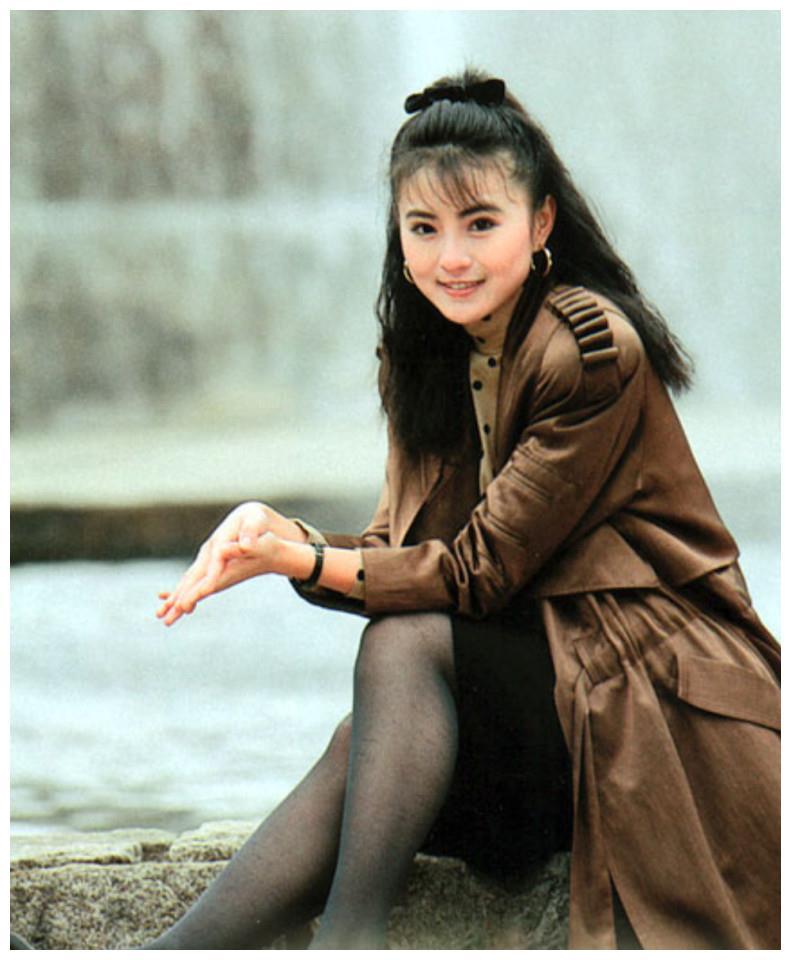 香港动作片女星54岁李赛凤已老,素颜近照风光不再