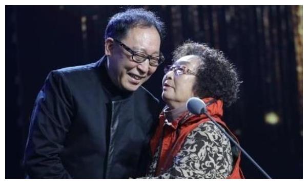 """荧屏""""第一母亲""""彭玉:照顾瘫痪丈夫8年,67岁嫁姐夫充满传奇"""