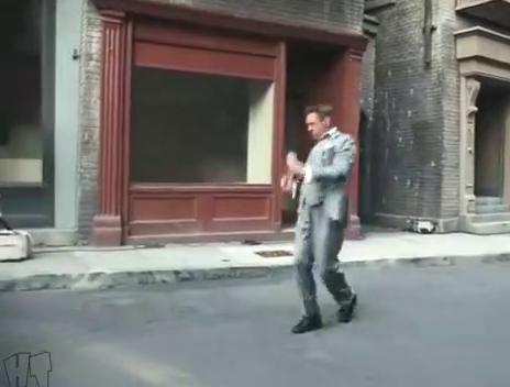 唐尼在街道上边走边舞