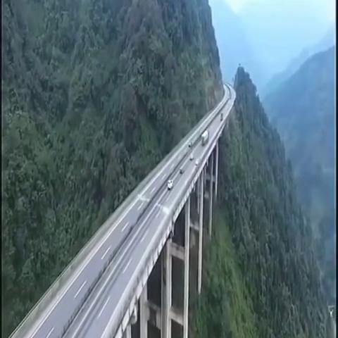 好壮观的一条悬崖天路,就算坐在车里都没安全感,太刺激了!