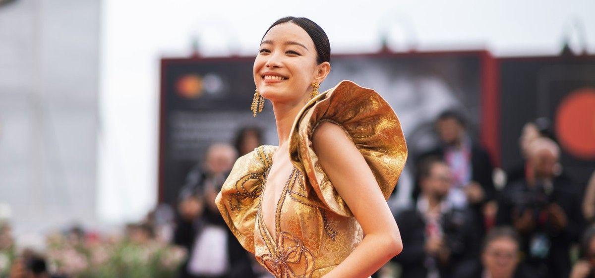 女演员倪妮现身威尼斯电影节,穿礼服金光闪闪走红毯,气质耀人