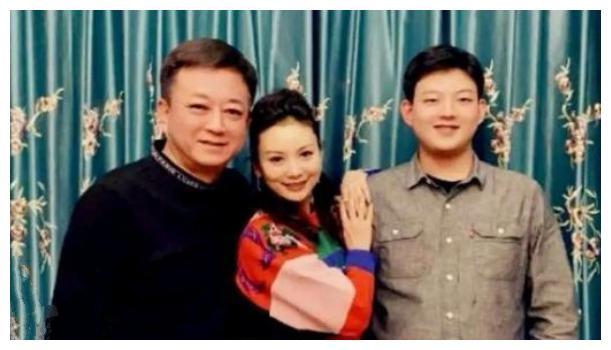 朱军一家三口合照曝光,和妻子像两辈人,18岁儿子身高赶超老爸