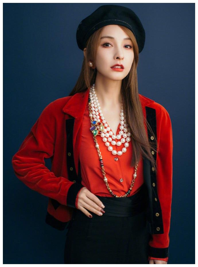 37岁吴昕美出新高度,法式红丝绒外套搭黑色贝雷帽,尽显摩登时尚
