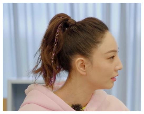 39岁郑希怡发际线过高引热议,正面看像剃了寸头,网友:好真实