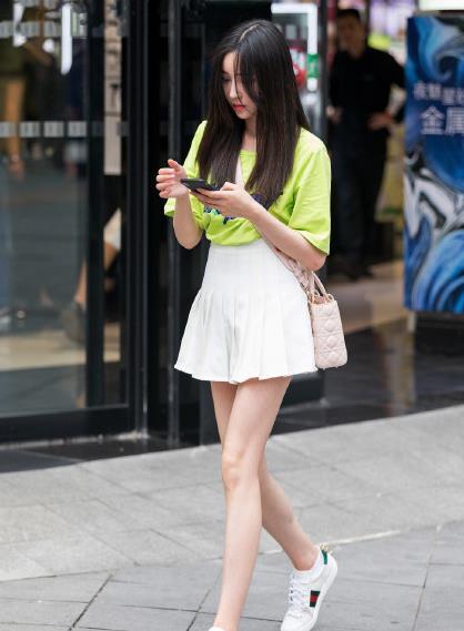 绿色简约T恤,搭配白色百褶裙,让你成为夏日街边美丽风景线